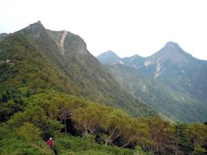 権現-三ツ頭の稜線から権現・赤岳を振り返る